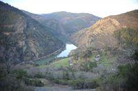 Rio entre montañas