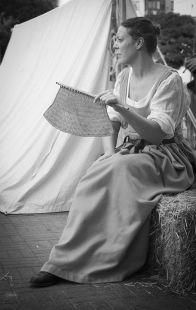mujer abanicando