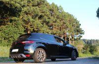 En un bosque un camino y un Renault